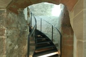 Stahltreppe als Fluchtweg über der während der Bauarbeiten entdeckten mittelalterlichen Sandsteintreppe<br />