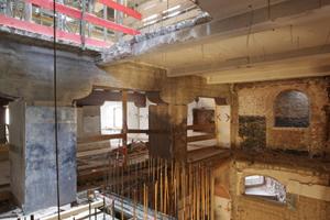 Durchbrüche durch die Stahlbetondecken für den Einbau des neuen Aufzugs mit Treppenhaus<br />Fotos: Stefan Meyer