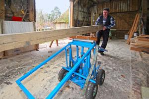 Ladegut auf die Walze legen, Schwerpunkt über die Walze schieben, Pedal treten: eine horizontale Lastebene entsteht