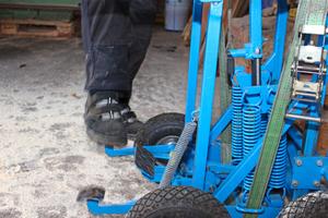 Mit dem Pedal wird die Walze in der Mitte hochgepumpt, die Tragarme bewegen sich nach unten