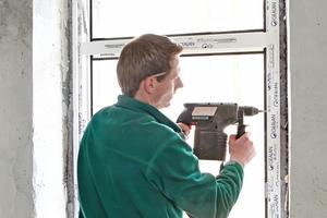 """Montage der neuen Kunststofffenster in den vorhandenen Maueröffnungen im Erdgeschoss<span class=""""bildnachweis"""">Fotos (3): Lars Behrendt</span>"""