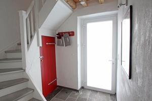 """Im Metallprofilrahmen der alten Haustür aus den 1980er Jahren sitzt eine Milchglasscheibe<span class=""""bildnachweis"""">Foto (2): Thomas Wieckhorst</span>"""