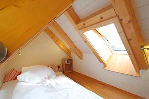 Die kleine Schlafkoje im Spitzboden wird ebenfalls durch ein Dachfenster belüftet und belichtet