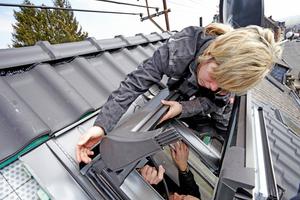 Außen wird der Rollladenkasten auf das Dachfenster gesetzt …