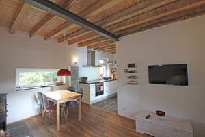 Schmales quer liegendes Fenster im Erdgeschoss (links) und Hochformat in der Küche (rechts)
