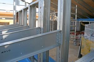 Rechts: Technisch ausgereifte Details machen die Montage der Leichtbaukonstruktion für die Trockenbauer schnell und effektiv