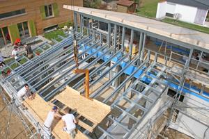 Montage der Dachscheibe aus OSB-Platten auf den Stahlleichtbau-Sparren