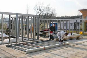 Aufstellen der Stahlleichtbauwände auf der Stahlbetonbodenplatte