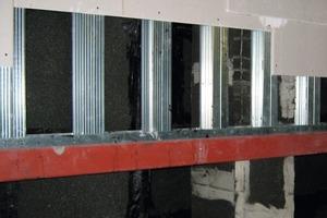 Rechts: Eine doppelte Schicht Gipskartonplatten bildet die Innenschale<br />