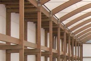 Die mit einer Membran bespannte Holzkonstruktion der dreischiffigen Blumenhalle der BUGA2009 in Schwerin kurz vor Abschluss der Bauarbeiten