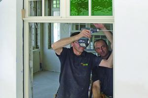 Montage der nachgebauten Holzfenster