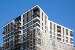 Beim Abrüsten zeigt sich der Westside Tower erstmals in seiner ganzen Pracht. Die Wohnungen im obersten Geschoss verfügen über extra große Raumhöhen – und fulminante Ausblicke
