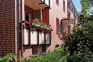 Fertig sanierte Fassade mit Loggien zur Gartenseite<br />