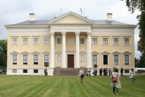 Über die fehlenden Lisenen der Hauptfassade entrüsteten sich die Kritiker Mitte des 18. Jahrhunderts beim Bau des Schlosses Wörlitz