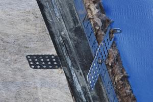 Mit dem Knauf Direktabhänger und dem CD-Profil 60 x 27 wird eine Installationsebene für die Untersparrendämmung geschaffen<br /><br />