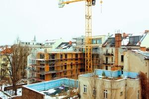 Auch das zweite siebengeschossige Wohnhaus in Holzbauweise entsteht derzeit in Berlin im Umfeld massiver gründerzeitlicher Mietshäuser