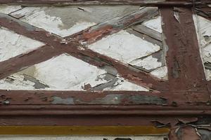 Schäden an der Fachwerkfassade: abblätternde Farbschichten, unsachgemäß ausgefüllte Holzrisse, verschiedenste Mörtel und DichtstoffeFotos: Keimfarben