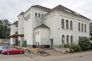 Die vormals weiß gestrichene Fassade wurde sandgestrahlt