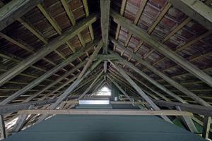 Der Raum zwischen historischem Dachstuhl und Betonbaukörper steht optional für eine Nutzung zur Verfügung Fotos (2): Robert Mehl