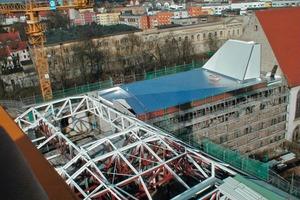 Ganz oben: Aufbau des Dachtragwerks <br />Darunter: Die Aluminium-Verkleidung montierten die Handwerker auf einer Unterkonstruktion, die im Primärtragwerk verankert wurde<br /><br />Großes Bild auf Seite 38: Das expressionistische Dach in der Draufsicht (Foto: Ludwig Rauch)<br />