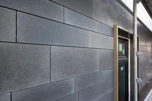 Das gesamte Erdgeschoss wurde mit 10mm dünnen italienischen Basaltplatten unterschiedlicher Maße erstellt