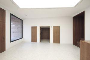 Toilettenzugang von Innen, links und gegenüber Fensterachsen<br />
