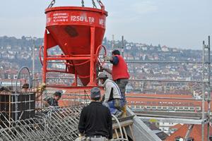 Da der ungewohnt klumpige Dämmbeton nicht mit konventionellen Betonpumpen befördert werden kann, kamen in Stuttgart Krankübel und Schüttrohr zum Einsatz<br />Fotos: Technopor
