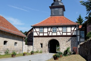 Das Torhaus des Klosters Michaelstein wurde im Zuge der Sanierungsarbeiten mit einem Innendämmsystem auf Holzfaserbasis und Lehmputz versehen. Auf diese Weise konnten zeitgemäße Anforderungen an den Wärmeschutz mit dem historischen Bestand in Einklang gebracht  werden<br />