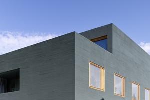 Mehr Farbe in die Stadt: Die dunkelgrüne Fassade wurde mit einer Besenstrich-Struktur gastaltet<br />