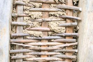 Großes Bild auf gegenüberliegender Seite: Ausgezäuntes Gefach mit frischem Lehmbewurf auf einer Musterbaustelle der Akademie des Handwerks Schloss Raesfeld<br />