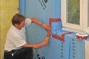Verkleben der raumseitigen Dampfbremse am Übergang zur Fensterlaibung. Die Dampfbremse wurde über das notwendige Maß hinaus auf die alten Bodendielen geführt, um zusätzliche Anschlusssicherheit zu bieten<br />