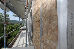 Die in Trockenbauweise errichtete Außenwand basiert auf einem Ständerwerk aus Metallprofilen, innen werden Gipsbauplatten verschraubt, dann folgt die hier sichtbare Dämmung