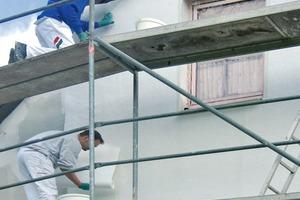 """FlexoMur wird wie eine """"normale"""" Tapete an der Fassade ausgerollt und der Kleber mit der Farbwalze statt aufgetragen"""
