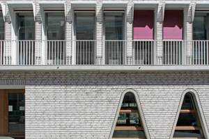 """Großes Bild links: Die geschlämmte Ziegelfassade des neuen Hospitalhofs in Stuttgart mit ihren ungewöhnlichen Fensterformaten<span class=""""bildnachweis"""">Fotos (2): Benedikt Kraft</span>"""