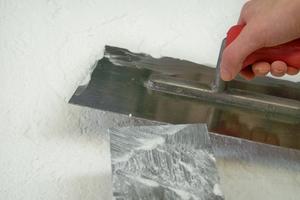 Spachtel oder Kalkputz in unterschiedlicher Dicke auftragen