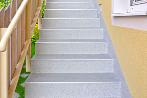 Rechts: Dieselbe Treppe nach der dreitägigen Sanierung und Oberflächennabdichtung mit dem schützenden TTS-Flüssigkunststoff-System von Triflex