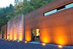 Hier geht es in den ehemaligen Atombunker der Bundesregierung: Das nach Plänen des Bonner Büros Schroeder+Schevado Architekten um moderne Anbauten ergänzte Schutzgebäude des Bunkers