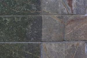 Ergebnis der Reinigungsarbeiten am Sandsteinsockel (rechts gereinigt, links noch unbearbeitet)