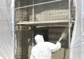 Wegen der vielen Risse musste die gesamte Fassade des Bunkers mit Spritzbeton beschichtet werden