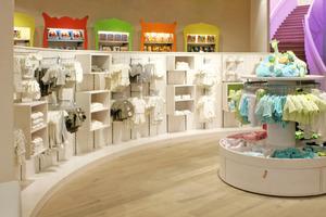 Nach Abschluss der Umbauarbeiten wird das Babyfachhandelsgeschäft Prénatal in Rotterdam von runden Formen bestimmt<br />Fotos: Faay Vianen B.V.<br />