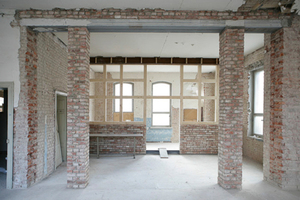 Die Trennwand, die vor Umbau den ersten Stock der Fabrik verschloss, ersetzten die Maurer durch zwei Backsteinsäulen