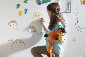 Die magnetische Wandfläche lässt sich mit Boardmarkern beschriften und anschließend wieder trocken abwischen<br /><br />