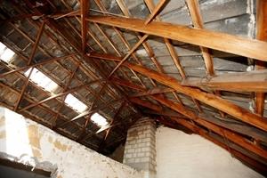 Das Zollingerdach des Schweriner Reihenhauses vor seiner Renovierung: stabil, aber weit davon entfernt, den Vorgaben der Energieeinspar-verordnung im Falle von Dacherneuerungen zu entsprechen