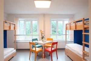Rechts: Blick in eines der 96 Zimmer der Mitte des Jahres in Prora eröffneten Jugendherberge auf RügenFotos: DJH / Verein Prora