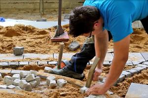 Florian von Fintel, Goldmedaillengewinner im Gewerk der Straßenbauer, bei Pflasterarbeiten