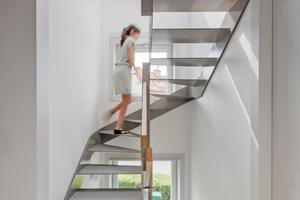 Das neue offene Treppenhaus erschließt das Gebäude mit einer gewendelten Treppe bis unter das Dach und versorgt zudem die angrenzenden Räume mit Tageslicht