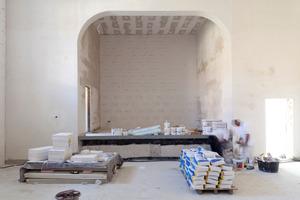 Die Bühnenrückwand während der Ausführung der Dämmarbeiten<br />