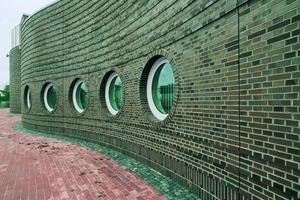 Sauber und professionell verfugt: Das Verblendmauerwerk der Stadthalle in Bremerhaven