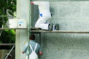 Rechts: Auf der Ziegelfassade brachten die Maler ein WDV-System auf