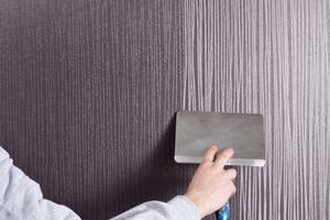 StoColor Opticryl Matt auf die getrocknete Relieftapete aufrollen